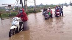 Hậu lụt lịch sử, người Sài Gòn lội nước bẩn đi làm