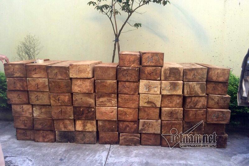 Tháo ghế xe ô tô để chở lậu gỗ quý hiếm