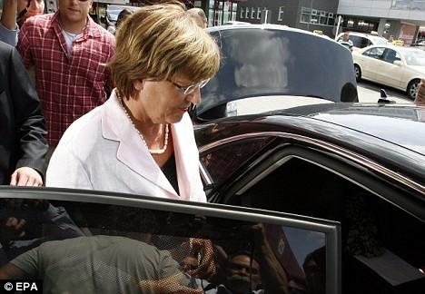 Nữ bộ trưởng dùng xe công đi nghỉ bị mất trộm