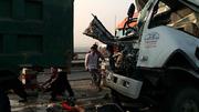 Đâm vào xe đang sửa trên cầu, tài xế chết thảm