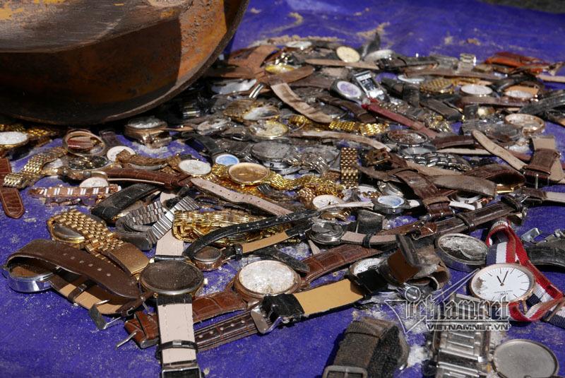Hà Nội: Xe lu cán nát đống đồng hồ đeo tay giữa phố