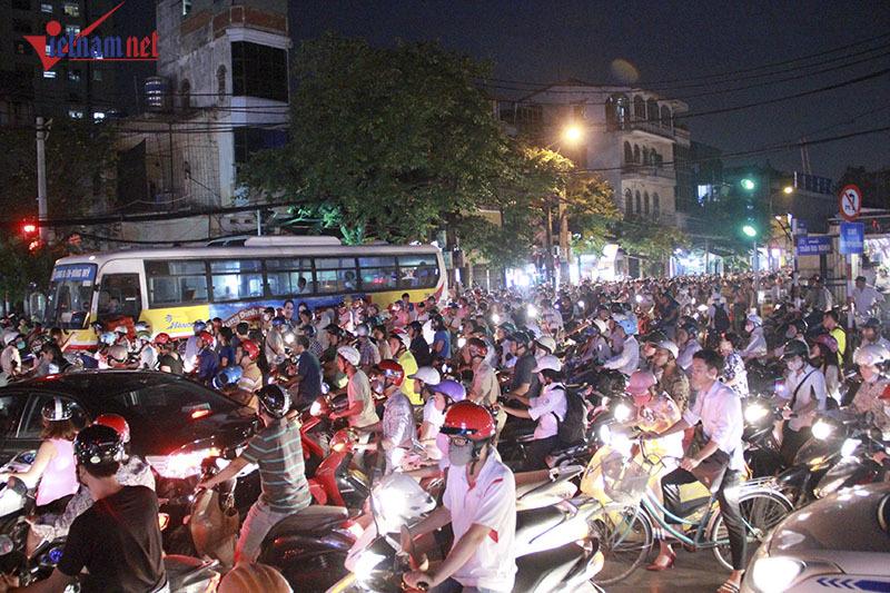 giao thông Hà Nội, tin giao thông 24h, Hà Nội cấm xe máy, ùn tắc giao thông, phương tiện cá nhân, vượt đèn đỏ, CSGT, phó phòng CSGT Hà Nội, CSGT hà nội, sếp phó CSGT hà nội