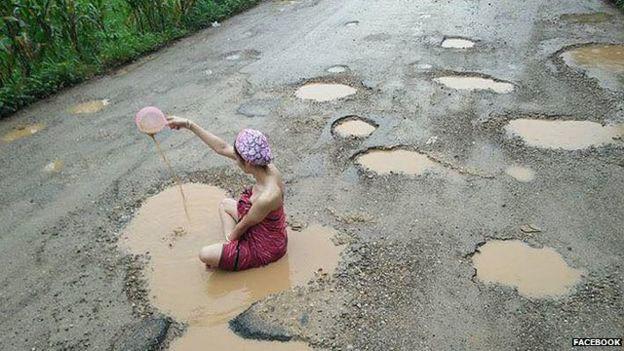 Người mẫu Thái tắm giữa đường phản đối ổ gà