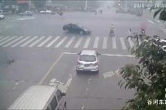 Xe 'điên' hất tung cảnh sát giao thông lên trời