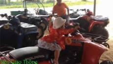 Clip: Bé trai 3 tuổi lái xe địa hình gây nhiều tranh cãi