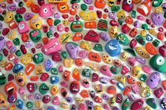 Bảy bố con vẽ mặt ngộ nghĩnh cho hơn 1000 hòn đá trong 1 năm