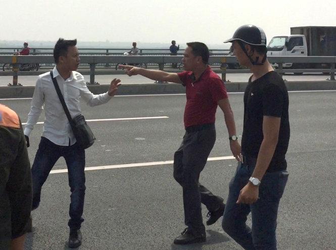 Khiển trách cảnh sát vung tay vào mặt phóng viên