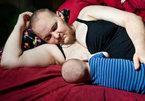 Cảm động hình ảnh người cha chuyển giới cho con bú