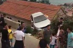 Hình ảnh lạ gây tranh cãi: Xe ô tô mắc kẹt trên nóc nhà