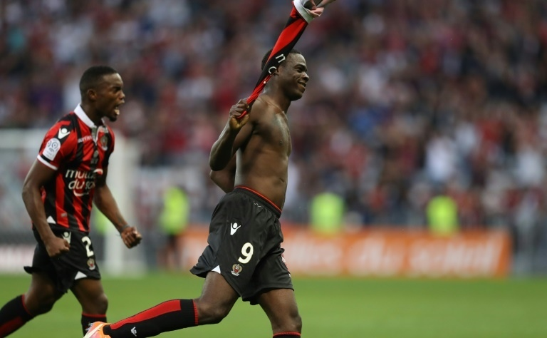 """Lập siêu phẩm, Balotelli """"ăn mừng"""" bằng thẻ đỏ"""
