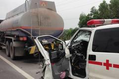 Xe cứu thương đâm đuôi xe bồn, tài xế chết thảm