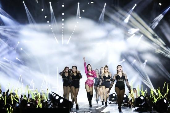 Đông Nhi oà khóc trước mặt 10.000 khán giả