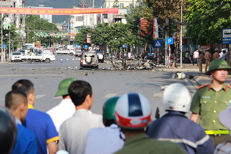 Vụ nổ 2 người chết: Mảnh taxi văng xa cả chục mét