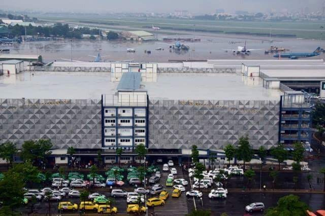 Mưa lớn, máy bay không thể hạ cánh ở Tân Sơn Nhất