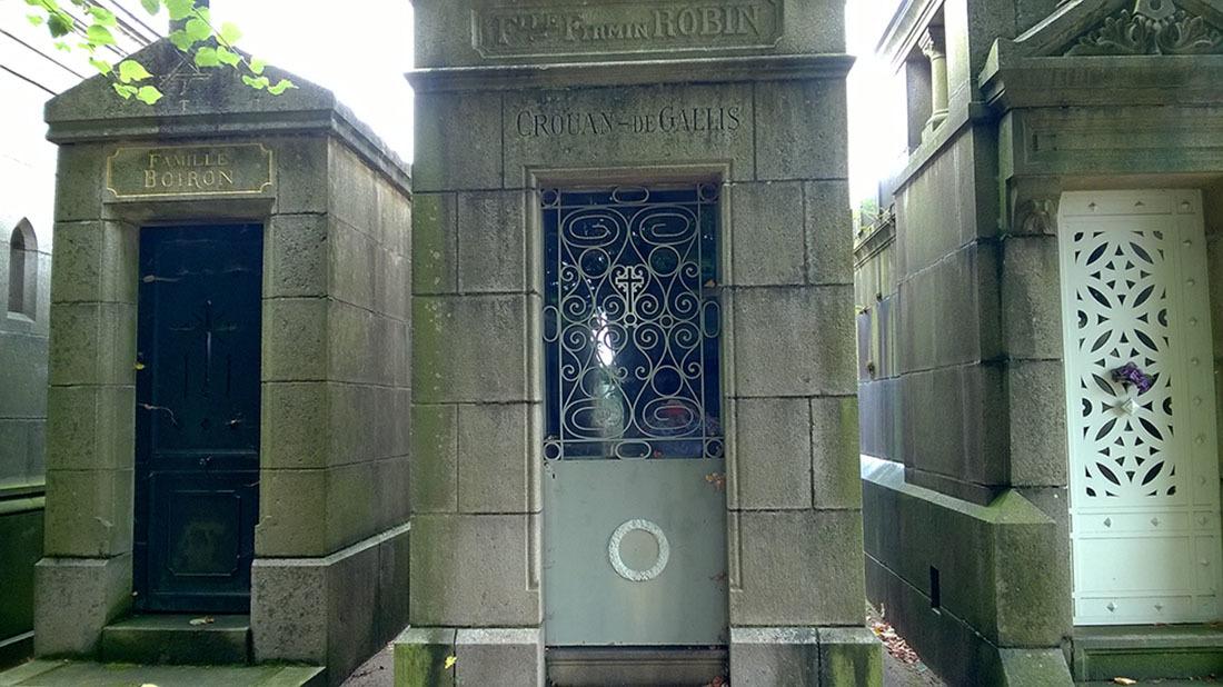 Vào nghĩa trang Pháp tập thể dục