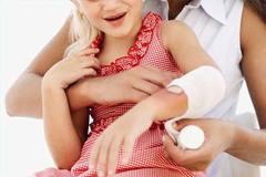 Mẹ dùng ấm siêu tốc, bé 13 tháng tuổi nhập viện vì bỏng nặng