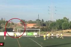 Ronaldo đứng chỉ đạo con trai tung hoành sân cỏ