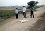 Siêu phẩm: Nhào lộn máy bay mô hình của thiếu niên quê