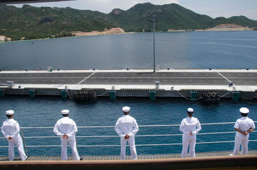 Chiến hạm Mỹ thăm Cam Ranh