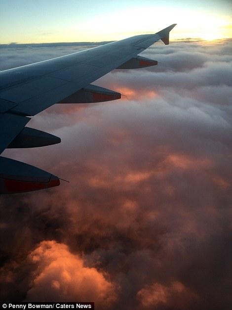 Khoảnh khắc tuyệt diệu của hoàng hôn khiến máy bay 'bay trên biển lửa'