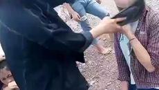 Nữ sinh dùng dép đánh giữa mặt bạn