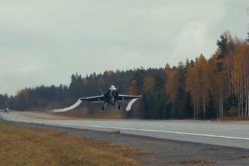 Chiến cơ F-18 cất cánh ngoạn mục từ đường cao tốc