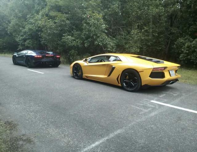 Siêu xe Lamborghini Aventador SV chỉ làm nền cho Minh 'Nhựa' tạo dáng bên vợ