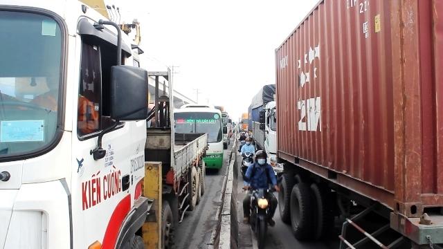 Kẹt xe kinh hoàng từ mờ sáng trên Xa lộ Hà Nội