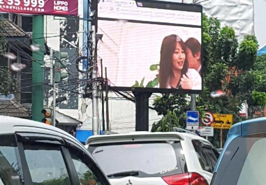 Bị bắt vì chiếu 'phim nóng' trên bảng quảng cáo giữa đường