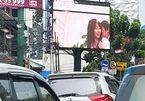 """Bị bắt vì chiếu """"phim nóng"""" trên bảng quảng cáo giữa đường"""