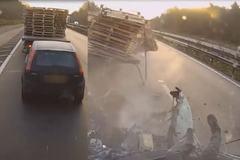 Xe tải nghiền nát xe con trong tai nạn kinh hoàng