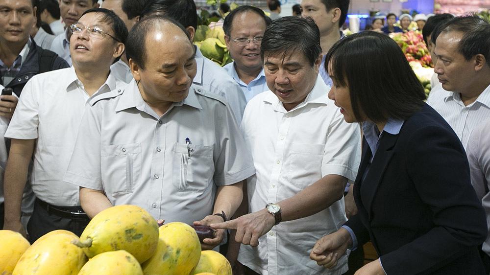 Thủ tướng đi siêu thị, hỏi chuyện người dân về thực phẩm
