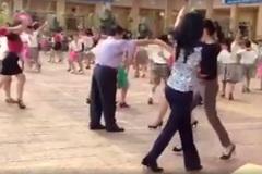 """Cô trò tiểu học nhảy """"Cha Cha Cha"""" cực ấn tượng trên sân trường"""