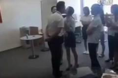 Nhân viên nữ đứng thành hàng cho sếp hôn mỗi sáng