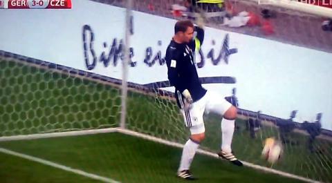 Cười bò với pha tự sút bóng vào mặt của thủ thành Neuer