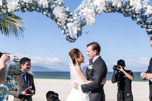 Choáng ngợp lễ cưới 2 tỷ của cô gái Việt và đại gia Tây