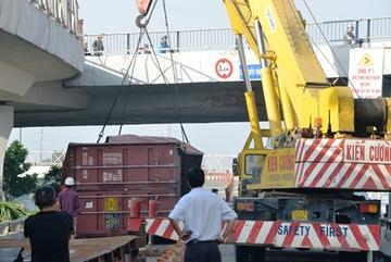 Cầu huyết mạch ở Sài Gòn tê liệt sau vụ lật container