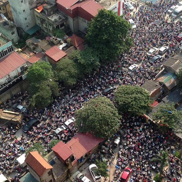 Hà Nội: Dân trong ngõ túa ra, tắc đường là phải