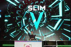 Slim V đội nón lá, chỉnh nhạc cực sung tại Hàn Quốc