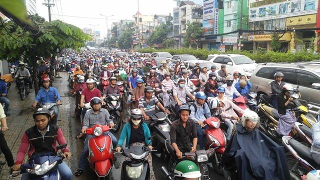 Mưa to từ mờ sáng, người Sài Gòn vật vã vì kẹt xe