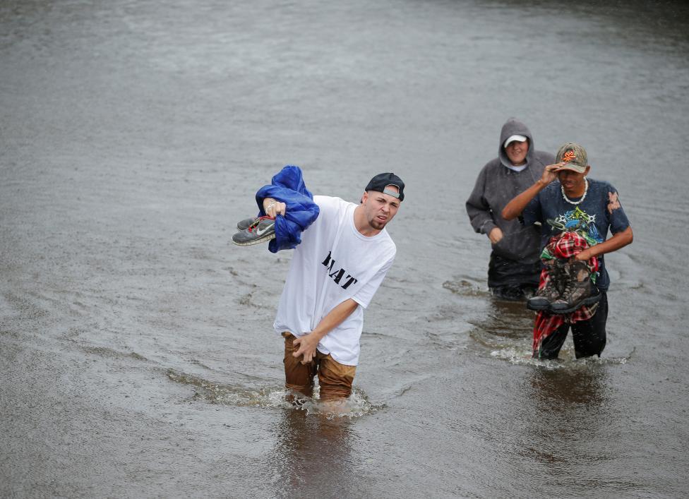 Sau 'bão mặt quỷ', dân Mỹ chèo thuyền ra phố
