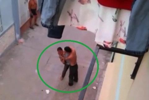 Chồng cứa cổ vợ giữa đường