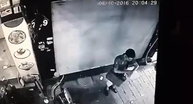 Hà Nội: Thanh niên mặc như trí thức, ăn trộm xe máy trong 'một nốt nhạc'