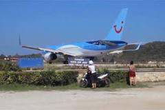 Boeing chuẩn bị cất cánh, thổi bay người và môtô xuống biển