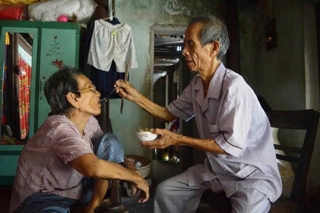 Xót xa cha già 83 tuổi chăm vợ mù, con thần kinh đau yếu