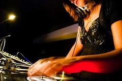 Giây phút nữ DJ bị đại gia bỏ thuốc mê vào ly rượu