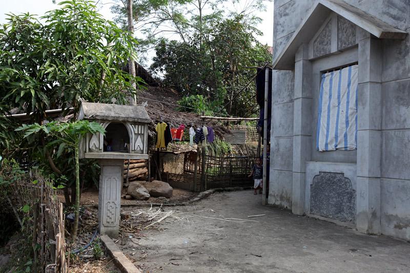 Lạ kỳ những bàn thờ từ vỏ tivi, hộp xốp