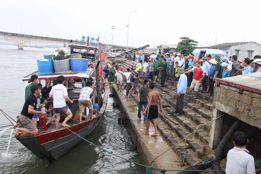 Quảng Trị: Chìm tàu chở hơn 35 người, 1 người chết