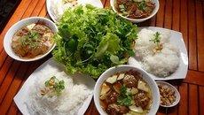 Món ăn đường phố Hà Nội khiến khách Tây sẵn sàng ngồi vỉa hè