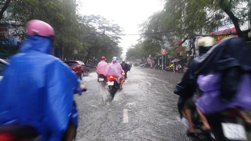 Mưa cả buổi chiều, người Sài Gòn ám ảnh ngập nước, kẹt xe